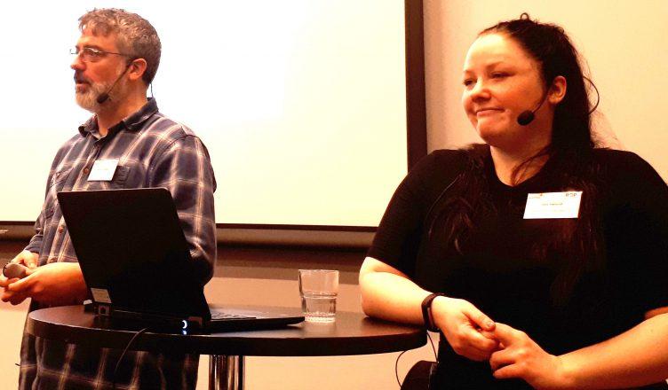 Bilde: Morten Brodal og Oda Høilund holder presentasjon om egne erfaringer som erfaringskonsulenter.