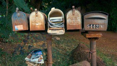 Bilde: fem postkasser med aviser