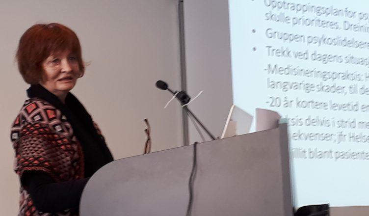 Bilde: Bjørg Njaa fra Fellesaksjonen for medisinfrie behandlingsforløp holder foredrag