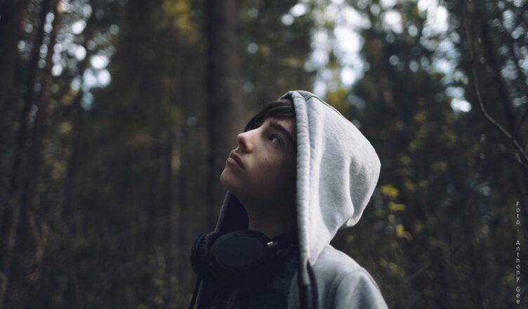 Ung gutt i hettegenser