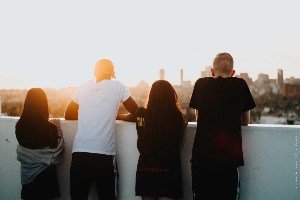 Ungdommer i solnedgang