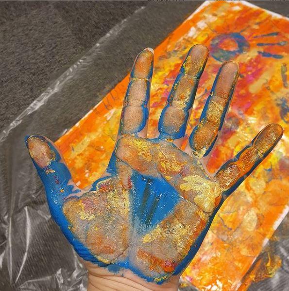 Bilde - hånd med fargerik maling